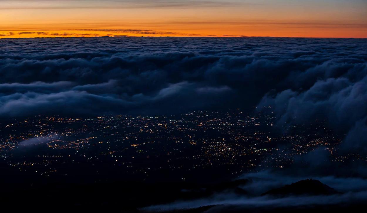 Un esempio di inversione termica nell'area etnea: l'hinterland di Catania avvolto tra nubi basse e nebbia all'alba. Vista da Schiena dell'Asino, versante Sud a quota 1900 mslm