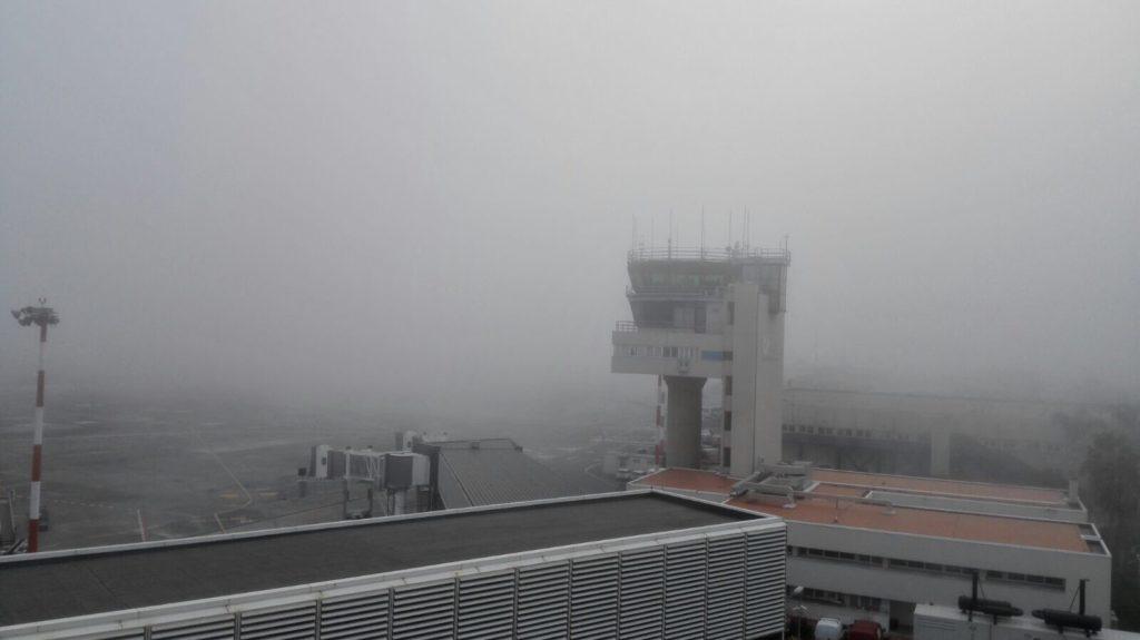 Nebbia fitta e disagi a Fontanarossa. Foto dall'account Twitter dell'Aeroporto di Catania.
