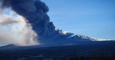 Etna, vigilia di Natale tra scosse di terremoto e una vivace attività esplosiva: ha inizio l'attesa eruzione laterale